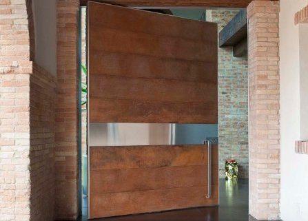 Puerta pivotante con detalle en acero