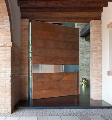 puerta pivotante en madera de framire con detalle en acero - Puerta Pivotante