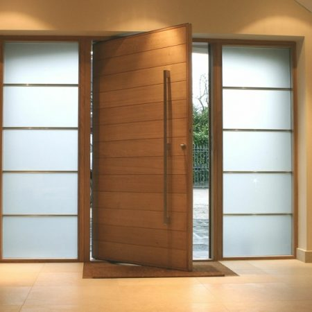 Puerta pivotante en madera de framiré