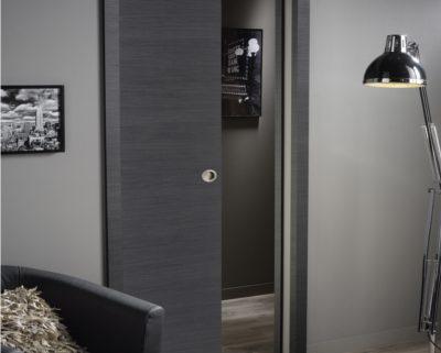Puerta corredera que está en un salón